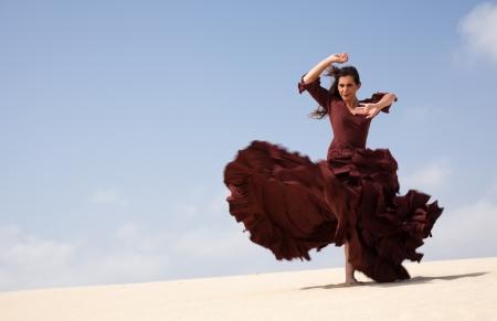 bailando flamenco: Bailar�n del flamenco en el vestido largo en las dunas Foto de archivo