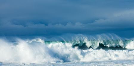 olas de mar: potentes olas romper, fondo natural