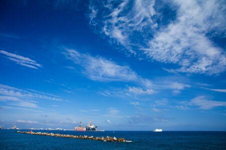 torres petroleras: Las Palmas de Gran Canaria, diciembre de 2014, las plataformas petroleras en mantenimiento en el puerto Editorial