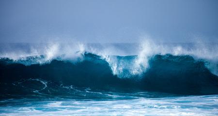 olas de mar: olas del mar rompiendo en las orillas del Gran Canaria