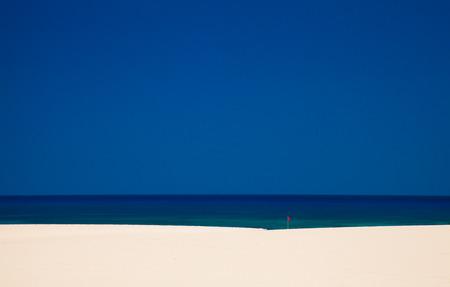 azul turqueza: Fuerteventura, Burro Beach con rojo sin bandera nataci�n, elevando el calor derrite el aire por encima de la arena
