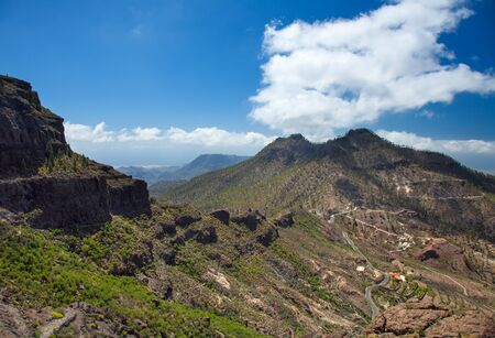 hillwalking: Gran Canaria, route Cruz Grande - Llanos de la Pez, steep and narrow footpath against the wall of the valley
