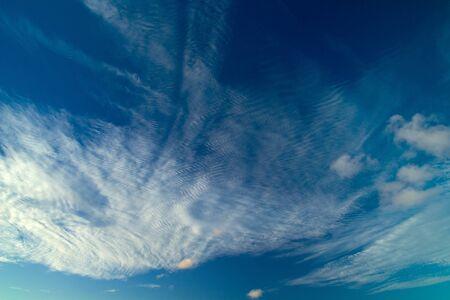 convection: Nubi Cirrocumulus fondo naturale, luce della sera, orizzontale
