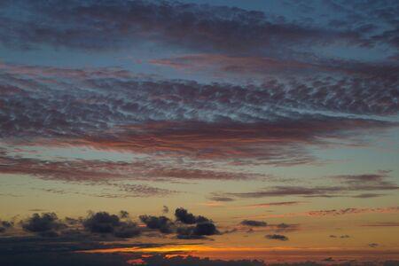 convection: oscurando il cielo al tramonto con molti tipi di nubi, sfondo naturale