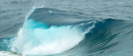 olas de mar: powerful ocean waves breaking natural background