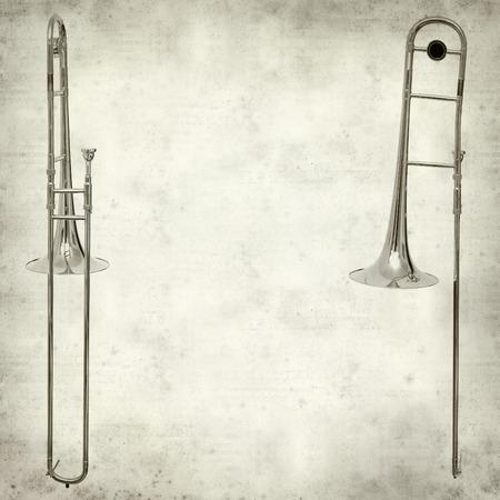 trombon: textura de fondo de papel viejo con el trombón de plata