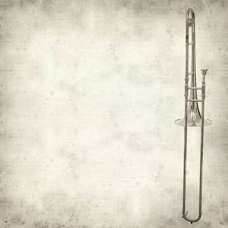 trombon: textura de fondo de papel viejo con el tromb�n de plata