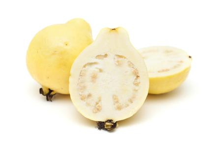 guayaba: amarillo fruta de guayaba aislado sobre fondo blanco