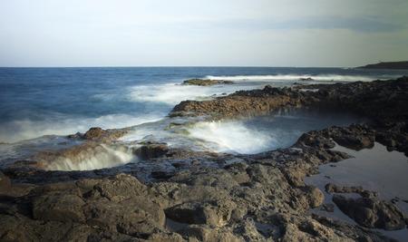orificio nasal: El agua del oc�ano se precipita en las aberturas de la cueva submarina en Burafedo de La Garita, Gran Canaria Foto de archivo