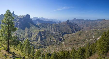 Gran Canaria, Blick über die Caldera de Tejeda in Richtung Roque Bentayga, Spitze des Teide auf Teneriffa über dem Nebel, Roque Nublo auf der linken Seite