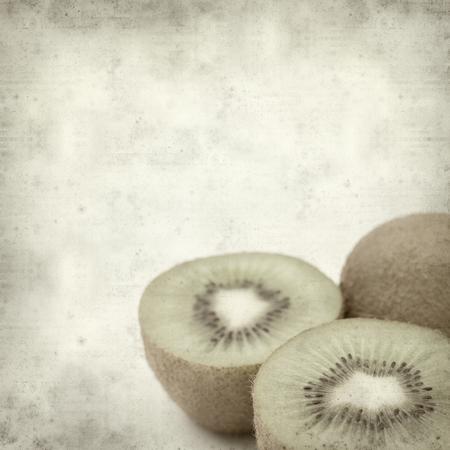kiwi fruta: textured old paper background with fresh green kiwifruit