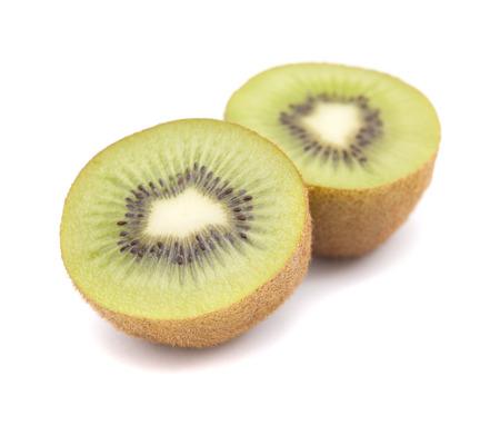 kiwi fruta: kiwis maduros aislados sobre fondo blanco