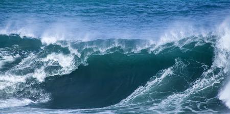 강력한 파도 자연 물 배경을 깨고