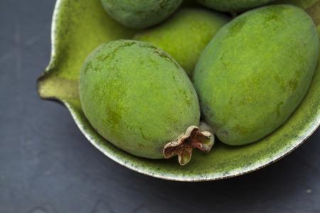 guayaba: feijoa fruta verde a bordo porción de pizarra negro