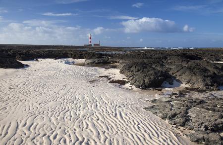 Fuerteventura, Faro de Tostón faro, arena ondulada que produce el movimiento de mareas Foto de archivo - 65885830