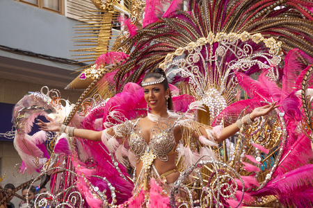 Las Palmas de Gran Canaria, Spain - March 04: Carnival Dame greets the public at Main Carnival Parade, March 4, 2017  in Las Palmas de Gran Canaria, Spain 版權商用圖片 - 75015380