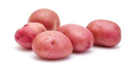 Patata nueva con piel roja aislada sobre fondo blanco Foto de archivo - 78628487