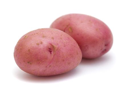 Nieuwe aardappel met rode huid geïsoleerd op een witte achtergrond