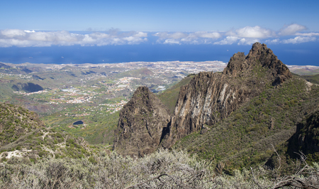Gran Canaria, March, view from a hiking path in Valsequillo municipality towards villages, over rock formation Roques Tenteniguada Banque d'images