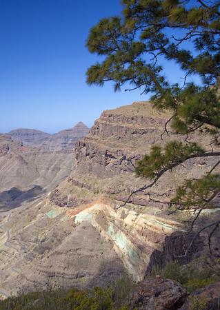 Gran Canaria, marzo, increíbles Azulejos de estratos multicolores en los bordes de la reserva natural Inagua, en la carretera panorámica Mogán - La Aldea de San Nicolás Foto de archivo