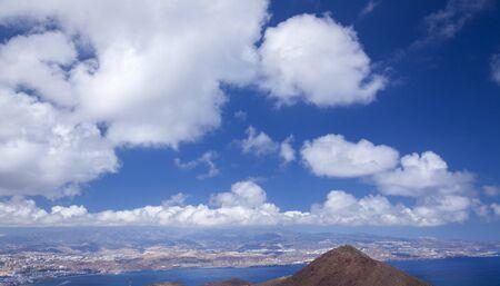 Gran Canaria, Îles Canaries, image prise de la péninsule de La Isleta, Montana las Coloradas au premier plan, fond naturel de ciel à prédominance