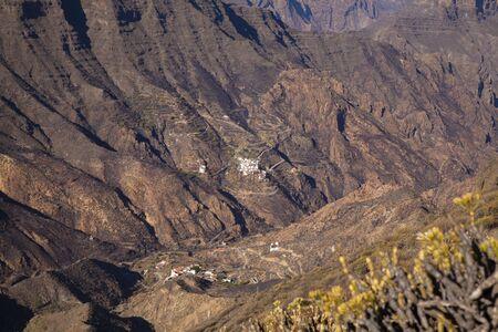 Vista suroeste de Roque Bentayga, una de las formaciones rocosas más emblemáticas de la isla de Gran Canaria, luz de la mañana