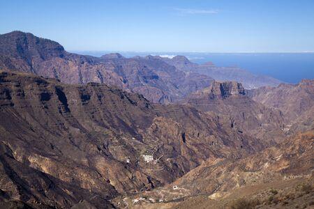Vista suroeste de Roque Bentayga, una de las formaciones rocosas más emblemáticas de la isla de Gran Canaria, luz de la mañana Foto de archivo