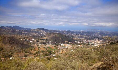 Gran Canaria, October, aerial view over Vega de San Mateo, ocean and Las Palmas in far distance 版權商用圖片 - 132099308