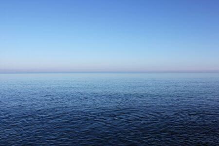 Fond de mer et d'horizon bleus, texture de l'eau et du ciel, carte de couleur bleue