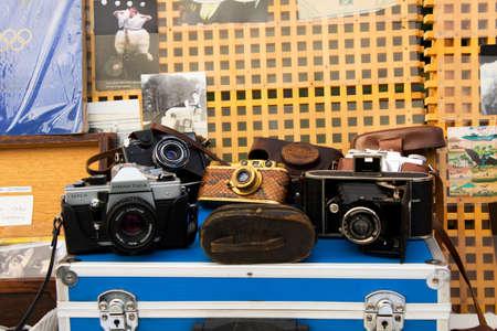 BERLIN, GERMANY - OCTOBER 14, 2017: Open air shop on the street, old antique cameras in flea market . Redactioneel