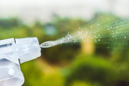 Der Nebel einer Sprühflasche, die Wasser in die Luft sprüht.