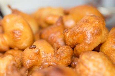 Kleine zelfgemaakte donuts voor feestachtergrond. Stockfoto