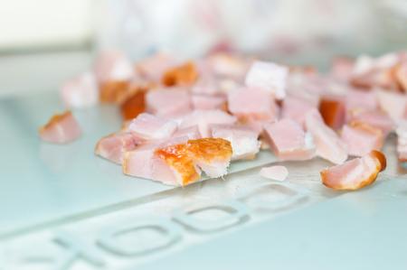 pancetta cubetti: Porzione di prosciutto fresco tagliato a dadini da vicino. Archivio Fotografico