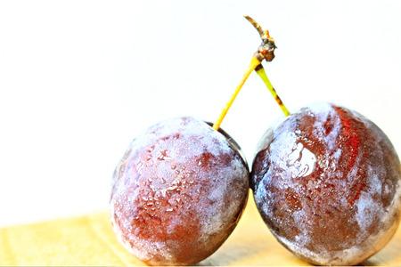 Plum Berry Fruit Vinous Burgundy Red Ruddy Gules water glare health fresh tomato light background Banco de Imagens