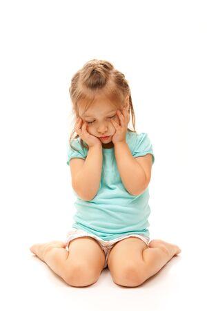 petite fille triste: Jeune fille posant triste sur fond blanc isol�e.