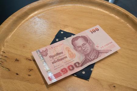 Money on plate 版權商用圖片