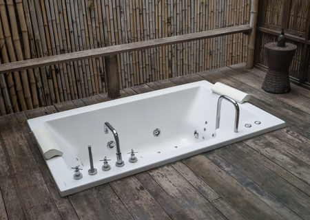 outdoor bathtube with nature style