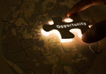 concetto di opportunità con la mano di apertura del puzzle Archivio Fotografico