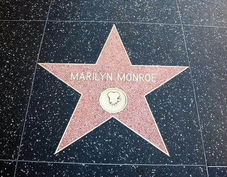 Hollywood, CA - el 19 de enero: Nombre actriz Marilyn Monroe en una estrella en el paseo del Hollywood Boulevard de la fama en Hollywood, California. Editorial