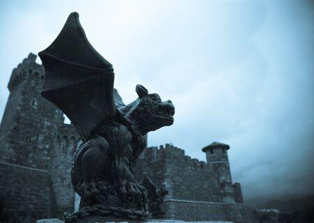 gargouille: Recherche gargouille gothique dresse watch sur son ch�teau sur une journ�e sombre, cr�ant une sc�ne m�di�vale.