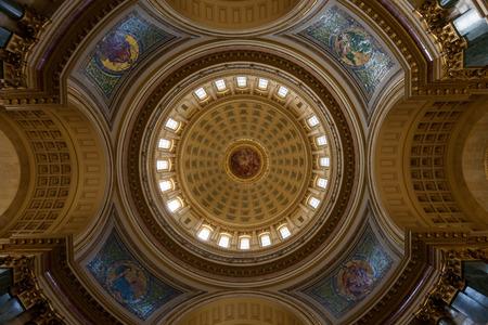 MADISON, WISCONSIN - 10 maggio 2014: Guardando verso l'alto la pittura a cupola centrale e le tessere di mosaico nell'edificio della capitale a Madison, WI il 10 maggio 2014.