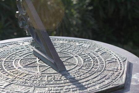 romeinse cijfers: Romeinse cijfers Sun Dial 's middags Stockfoto