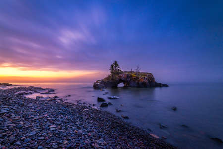 Hollow Rock on the Lake Superior north shore in Minnesota at sunset. Outdoor Landscape 免版税图像