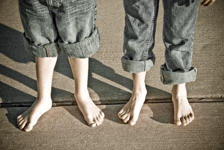 Ragazzi con i pantaloni arrotolata con piedi nudi