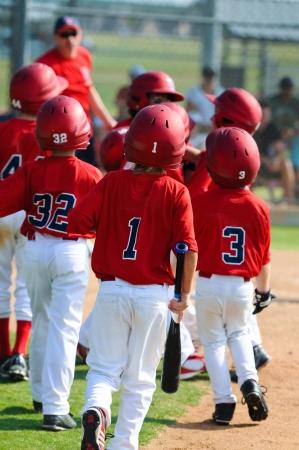 Un grupo de pequeños niños liga de béisbol.