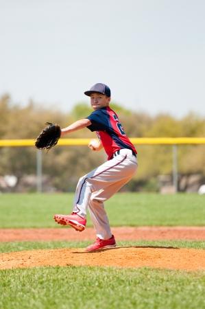 Teen honkbalspeler gooien een worp.