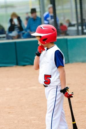 갑판에 리틀 리그 야구 타자.