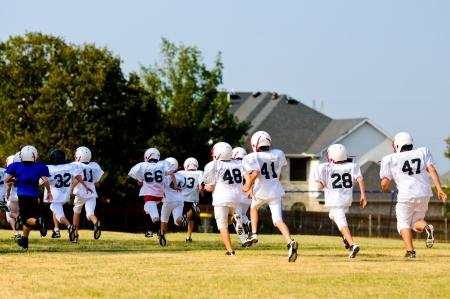 十代のサッカー チームの練習中に実行しています。