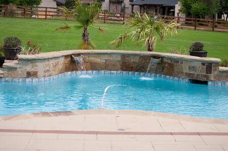 Aangelegde zwembad in woonwijk met waterval. Stockfoto - 40112068