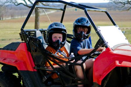 duna: niño feliz y niña de montar un buggy a cabo en el país.